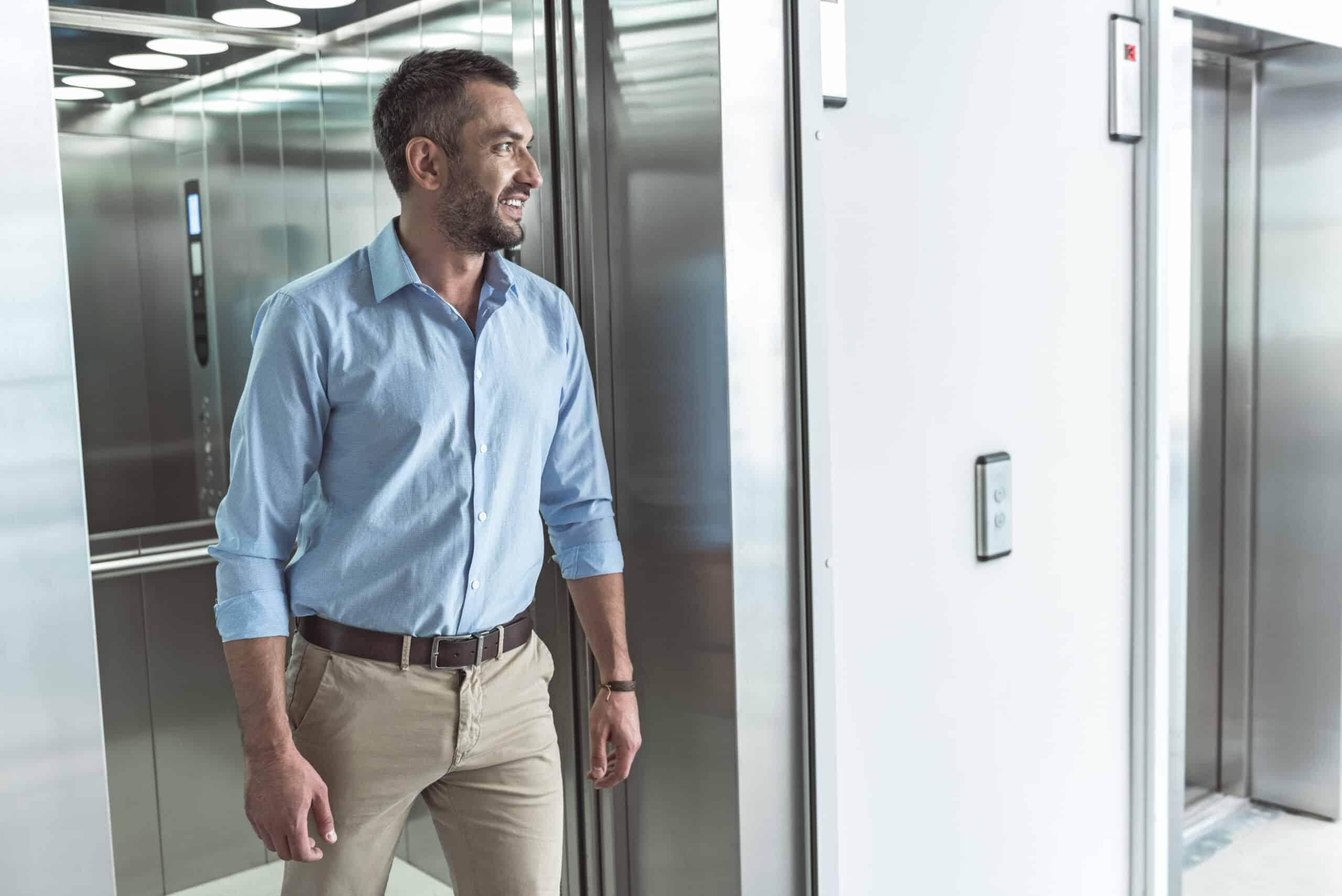 Hombre saliendo de ascensor
