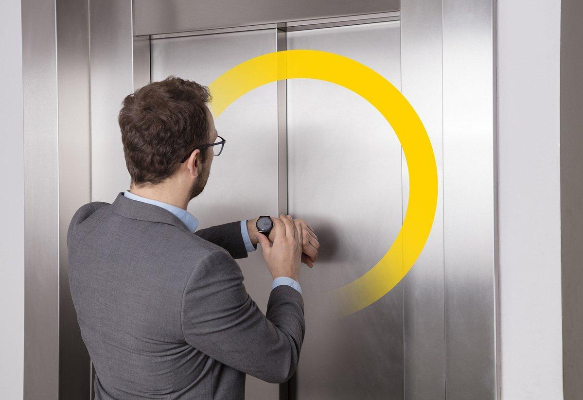 foto esperando al ascensor